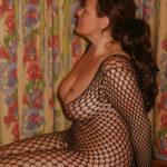 Cougar plantureuse brune accroc à la baise hard pour gangbang exotique